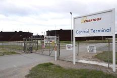 Enbridge Inc, el grupo de oleductos y gasoductos más grande de Canadá, dijo el martes que comprará Spectra Energy Corp en una operación en acciones valorada en unos 37.000 millones de dólares canadienses ($28.000 millones) que creará el mayor grupo de infraestructuras energéticas de Norteamérica.  En la imagen, unas instalaciones de Enbridge en Cushing, Oklahoma, el 24 de marzo de 2016. REUTERS/Nick Oxford