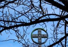 El logo de Bayer AG en la sede de la compañía en Wuppertal. 24 de febrero de 2014. La farmacéutica y fabricante de químicos agrícolas alemana Bayer AG dijo que sus negociaciones con Monsanto Co habían avanzado y que ahora estaba dispuesta a ofrecer más de 65.000 millones de dólares para adquirir a la mayor compañía de semillas del mundo, un incremento de 2 por ciento respecto a su oferta previa. REUTERS/Ina Fassbender/File Photo