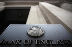 """Un letrero fuera del Banco de Inglaterra en Londres, el 4 de agosto de 2016. El Banco de Inglaterra esperará hasta su reunión de noviembre para recortar en 15 puntos base su tasa de interés de referencia, en un esfuerzo por aliviar el impacto del """"Brexit"""", mostró un sondeo de Reuters. REUTERS/Neil Hall"""