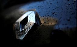 Renault prevé que los motores diésel desaparezcan de la mayoría de sus coches europeos, dijeron a Reuters fuentes de la compañía, después de que el fabricante de automóviles francés evaluase los costes de cumplir con unos estándares más estrictos en materia de emisiones tras el escándalo de Volkswagen. En la imagen, el logo de Renault en un coche en París, el 14 de enero de 2016.    REUTERS/Christian Hartmann/File Photo