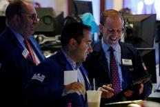 Трейдеры на торгах Нью-Йоркской фондовой биржи 31 августа 2016 года. Американские фондовые индексы не демонстрируют единой динамики в начале торгов вторника, в то время как инвесторы оценивают шансы повышения процентных ставок ФРС в сентябре после публикации очередной порции слабых экономических данных. REUTERS/Brendan McDermid