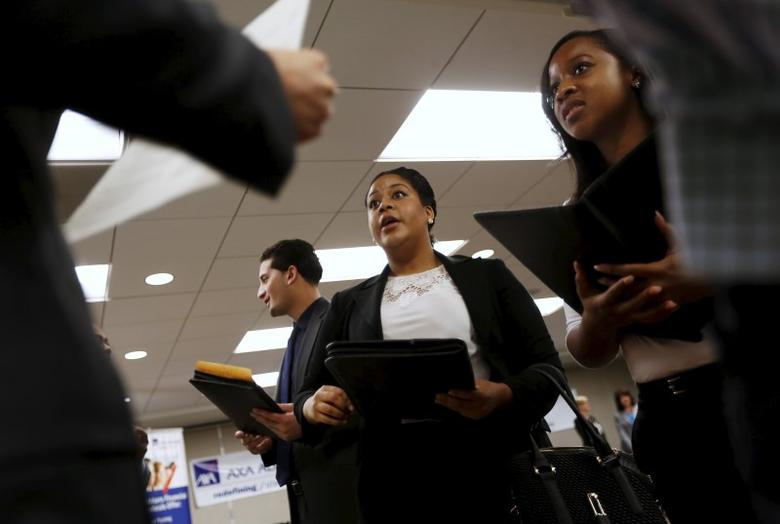 Job seekers listen to prospective employers during a job hiring event for marketing, sales and retail positions in San Francisco, California, June 4, 2015.  REUTERS/Robert Galbraith/File Photo
