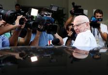 Patrick Hickey entra em carro após deixar sede da polícia no Rio. 6/7/2016. REUTERS/Ricardo Moraes