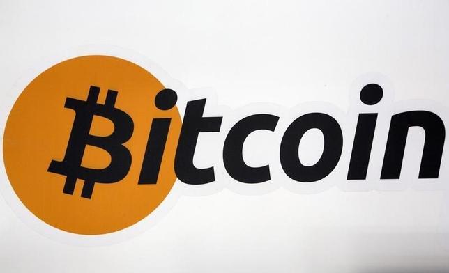 9月6日、ロンドンの新興金融企業DLTファイナンシャルは7日、ビットコインなどデジタル通貨10種類で構成する指数に連動する初のファンドを、数週間中に導入すると発表した。写真はビットコインのロゴ。ニューヨークで昨年7月撮影(2016年 ロイター/Brendan McDermid)