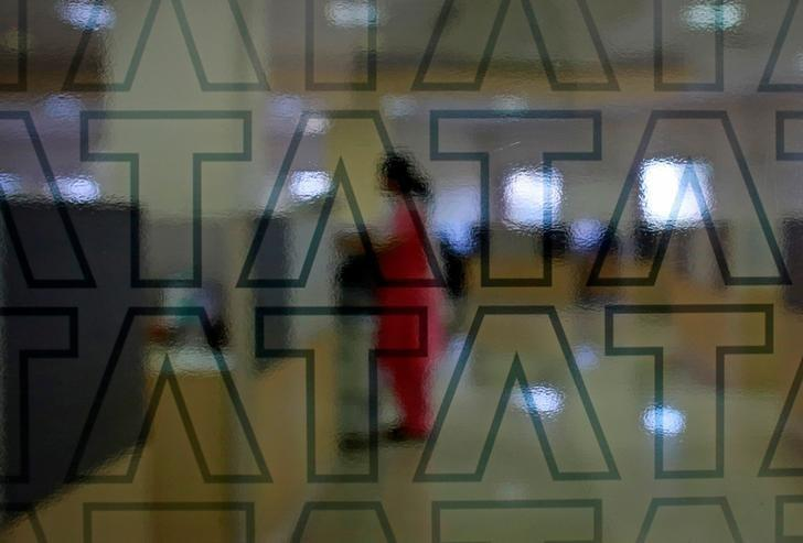 An employee of Tata Consultancy Services (TCS) works inside the company headquarters in Mumbai March 14, 2013.     REUTERS/Danish Siddiqui/File Photo