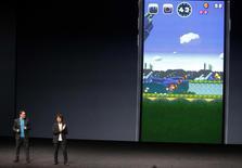 Las acciones de Nintendo Co subieron hasta un 18 por ciento el jueves, debido a que los inversores celebraron la noticia de que su popular franquicia de videojuegos Super Mario Bros debutará en teléfonos inteligentes en diciembre. En la imagen, el creativo de Nintendo Shigeru Miyamoto anunciando el juego de Mario Bros para el iPhone, con un traductor cerca, durante un evento de Apple en San Francisco, California, el 7 de septiembre de 2016.  REUTERS/Beck Diefenbach