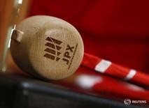 Логотип Japan Exchange Group Inc. на молоточке на Токийской фондовой бирже 4 января 2016 года. Японский индекс Nikkei снизился в четверг, поскольку акции компаний финансового сектора подешевели после того, как заместитель главы Банка Японии сказал, что центробанк не будет исключать отправки ставок еще дальше на отрицательную территорию. REUTERS/Yuya Shino