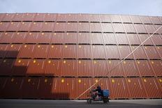 Las importaciones chinas subieron inesperadamente en agosto -por primera vez en casi dos años- y las exportaciones cayeron a un ritmo más modesto, lo que sugiere que la demanda doméstica y en el extranjero podría estar mejorando, lo que pondría a la segunda economía más grande del mundo en una posición más equilibrada. En la imagen de archivo, un hombre pasa con su vehículo ante una terminal de contenedores en un puerto de Shanghai, el 17 de febrero de 2016. REUTERS/Aly Song