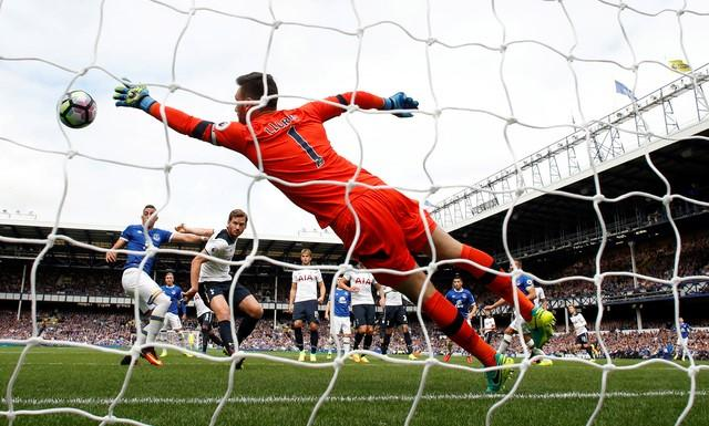 Britain Football Soccer - Everton v Tottenham Hotspur - Premier League - Goodison Park - 13/8/16Tottenham's Hugo Lloris concedes Everton's first goal scored by Ross BarkleyAction Images via Reuters / Jason CairnduffLivepic