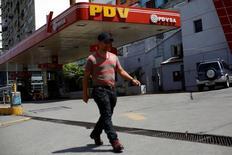 Una gasolinera de PDVSA en Caracas, jun 30, 2016. La cesta venezolana de crudo y derivados retrocedió levemente en la semana a 38,71 dólares por barril (dpb), golpeada por el exceso de oferta petrolera mundial, dijo el viernes el Ministerio de Petróleo.  REUTERS/Carlos Garcia Rawlins