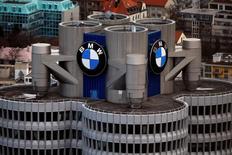 Les principaux dirigeants de BMW ne feront pas le déplacement à Paris pour le Mondial de l'automobile le mois prochain en raison de tensions sur la stratégie du constructeur en matière de voitures électriques, selon des sources informées des débats. /Photo prise le 26 janvier 2016/REUTERS/Michael Dalder