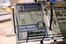 La portada del Aftenposten, el periódico de mayor circulación de Noruega, en un kiosko de prensa en Oslo. 9 de septiembre de 2016. El editor en jefe del diario, Espen Egil Hansen, escribió una carta abierta al presidente de Facebook, Mark Zuckerberg, en la que le acusa de amenazar la libertad de expresión. NTB Scanpix/Cornelius Poppe/via REUTERS. ATENCIÓN EDITORES - SOLO PARA USO EDITORIAL.  NO ESTÁ A LA VENTA Y NO SE PUEDE USAR EN CAMPAÑAS PUBLICITARIAS. ESTA IMAGEN HA SIDO ENTREGADA POR UN TERCERO Y SE DISTRIBUYE EXÁCTAMENTE COMO LA RECIBIÓ REUTERS COMO UN SERVICIO A SUS CLIENTES.