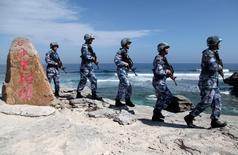 Китайские морские пехотинцы на входящем в Парасельский архипелаг острове Вуди, известном в Китае под названием Сиша, в Южно-Китайском море 29 января 2016 года. Пекин сообщил в воскресенье, что начинает совместные с Москвой учения флотов в Южно-Китайском море. REUTERS/Stringer/File Photo