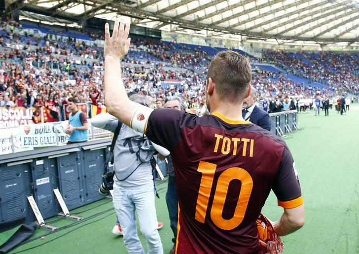 Football Soccer - AS Roma v Chievo Verona - Italian Serie A - Olympic Stadium, Rome, Italy - 08/05/16 AS Roma's Francesco Totti celebrates at the end of the match.   REUTERS/Tony Gentile