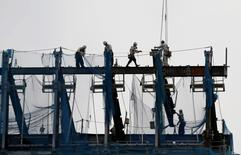 Los pedidos de maquinaria de Japón aumentaron inesperadamente en julio por segundo mes consecutivo, aliviando cierto pesimismo sobre los gastos de capital, pero siguen las preocupaciones acerca de que la débil demanda y la subida del yen desalienten a las empresas a invertir. En la imagen de archivo, trabajadores en una construcción en un nuevo edificio comercial en Tokio, Japón, el 8 de junio de 2016. REUTERS/Toru Hanai