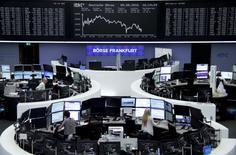 Las bolsas europeas sufrían sus mayores caídas en casi tres meses en las primeras operaciones del lunes, lastradas por una oleada global de ventas de acciones y bonos ante el nerviosismo de los inversores por las perspectivas de la política monetaria en Estados Unidos. En la imagen, operadores trabajan en la Bolsa de Fráncfort, el 9 de septiembre de 2016. REUTERS/Staff/Remote