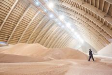 Hangar de l'entreprise Potash Corp près de Saskatoon, Saskatchewan. Les groupes canadiens Agrium et Potash ont annoncé lundi avoir conclu un accord de fusion pour créer un géant des engrais d'une valeur d'entreprise proforma de 36 milliards de dollars US (32 milliards d'euros). /Photo d'archives/REUTERS/David Stobbe