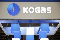El logo de la compañía estatal surcoreana KOGAS expuesto en una conferencia en París, jun 2, 2015.La compañía estatal surcoreana KOGAS dijo el lunes que firmó un memorando de entendimiento con el estado brasileño de Ceará para cooperar en el desarrollo de un terminal de importación de gas natural licuado (GNL) en el país sudamericano.   REUTERS/Benoit Tessier