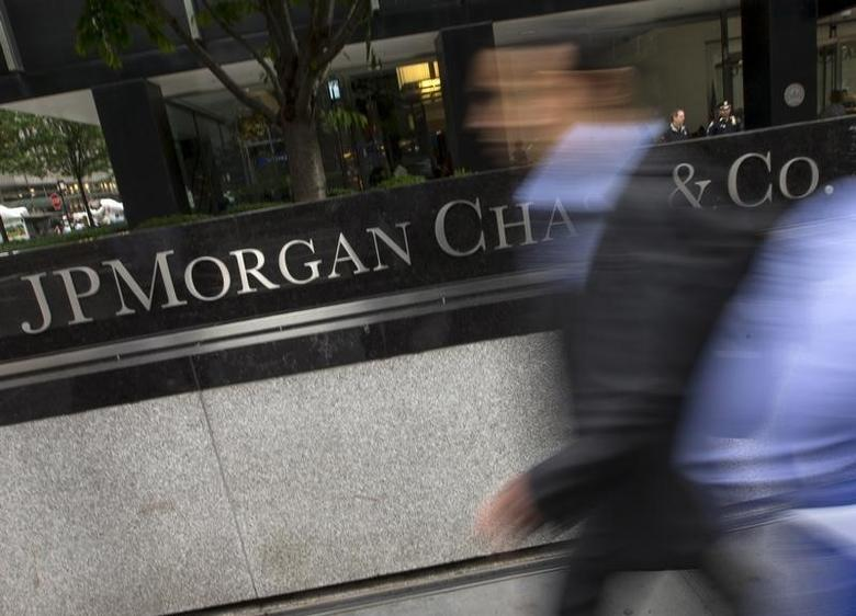 People pass the JP Morgan Chase & Co. Corporate headquarters in the Manhattan borough of New York City, May 20, 2015. REUTERS/Mike Segar