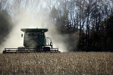 Una cosechadora en un sojal en una granja al norte de Birmingham, EEUU, nov 13, 2009. El Departamento de Agricultura de Estados Unidos elevó el lunes sus proyecciones en torno a la cosecha récord de soja en el país en 2016/17, que arrojarán una producción sobre las expectativas del mercado, ya que las condiciones del clima mejoraron durante agosto, en un periodo clave para el desarrollo de la oleaginosa.   REUTERS/Carlos Barria