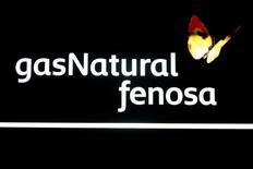 Repsol y Criteria anunciaron el lunes un acuerdo para vender un 20 por ciento de Gas Natural (un 10 por ciento cada uno de ellos) por 3.802 millones de euros a Global Infrastructure Partners (GIP). En la imagen, el logotipo de Gas Natural dentro de su sede de Madrid, España, el 11 de mayo de 2016. REUTERS/Sergio Perez