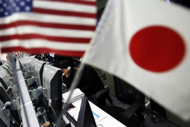 9月13日、正午のドル/円は、ニューヨーク市場午後5時時点に比べ、わずかにドル安/円高の101.70/72円。写真は都内で2014年1月撮影(2016年 ロイター/Yuya Shino)