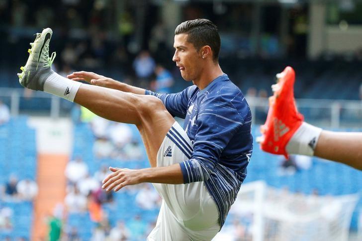 Football Soccer - Spanish Liga Santander - Real Madrid v Osasuna- Santiago Bernabeu, Madrid, Spain 10/09/16. Real Madrid's Cristiano Ronaldo warms up before the match. REUTERS/Juan Medina
