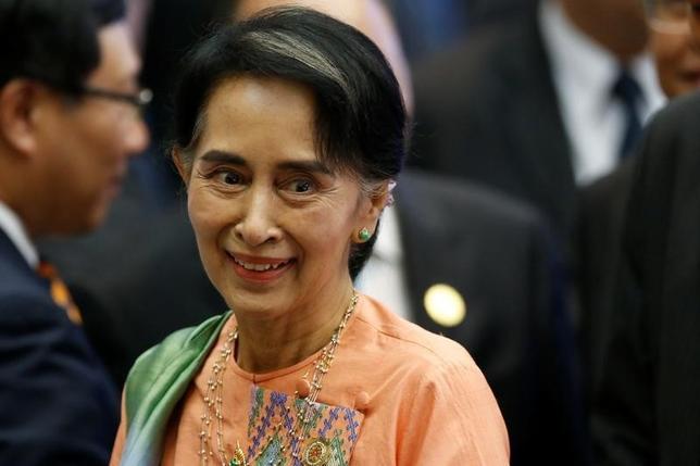 9月13日、スー・チー氏は軟禁下に置かれていた時代に、軍事政権への圧力を強めるため欧米諸国に対ミャンマー制裁を促していたが、現在は、民主化の経済的恩恵を国民に享受させることと、一段の改革に向けて軍部への圧力を維持することの両立を図っている。写真はビエンチャンで8日撮影(2016年 ロイター/Jorge Silva)