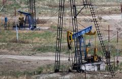 Станки-качалки у города Сиазань в Азербайджане. 21 июня 2016 года. Резкое замедление роста мирового спроса на нефть вместе с увеличением запасов и поставок означает, что перенасыщение рынка нефти сохранится как минимум на протяжении первой половины 2017 года, сообщило Международное энергетическое агентство (МЭА) во вторник. REUTERS/Maxim Shemetov