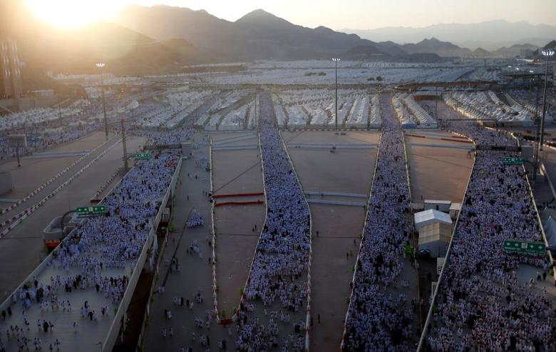 Muslim pilgrims walk on roads as they head to cast stones at pillars symbolizing Satan during the annual haj pilgrimage in Mina on the first day of Eid al-Adha, near the holy city of Mecca, Saudi Arabia September 12, 2016. REUTERS/Ahmed Jadallah