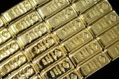 Слитки золота на заводе 'Oegussa' в Вене. 18 марта 2016 года. Золото дешевеет во вторник на фоне неопределенности по поводу того, поднимет ли центральный банк США процентные ставки на следующей неделе. REUTERS/Leonhard Foeger