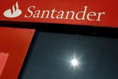 Santander comprará el negocio minorista de Citigroup en Argentina, publicó un diario local a última hora del lunes según fuentes del mercado.  En la imagen de archivo, un logo de Santander en una sucursal en Sevilla REUTERS/ Marcelo del Pozo/File Photo