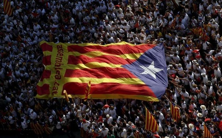 Catalan pro-independence supporters hold a giant ''estelada'' (Catalan separatist flag) during a demonstration called ''Via Lliure a la Republica Catalana'' (Way of Freedom for the Republic of Catalonia) on the ''Diada de Catalunya'' (Catalunya's National Day) in Barcelona, Spain, September 11, 2015.  REUTERS/Albert Gea/File Photo