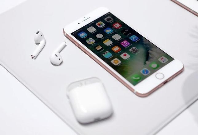 9月13日、米通信大手スプリント・ネクステルとTモバイルUSは、米アップルの新型スマートフォン「iPhone7」の事前予約が好調と明らかにした。サンフランシスコで7日撮影(2016年 ロイター/Beck Diefenbach)