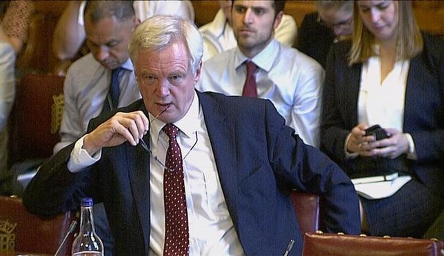 9月13日、英国のデービスEU離脱担当相は、離脱後のEUとの通商関係をめぐる交渉について、ドイツやフランスなど欧州諸国の産業界の支援を背景に、英国にとって有利な条件を勝ち取ると表明した。写真は12日ビデオから。上院で演説するデービス離脱担当相(2016年 ロイター)