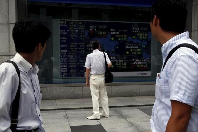 9月14日、前場の東京株式市場で、日経平均株価は前営業日比39円73銭安の1万6689円31銭となり、反落した。写真は都内で昨年8月撮影(2016年 ロイター/Yuya Shino)