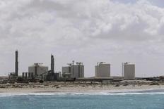 Вид на нефтяной терминал Зувейтина в Ливии, 7 апреля 2014 года. Ливийская Национальная нефтяная корпорация (NOC) сообщила во вторник, что незамедлительно начнёт работать над возобновлением экспорта нефти из портов, захваченных силами, лояльными генералу Халифе Хафтару. REUTERS/Esam Omran Al-Fetori