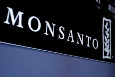 El fabricante alemán de medicamentos y productos químicos Bayer dijo el miércoles que acordó la compra de la firma estadounidense de semillas Monsanto por cerca de 66.000 millones de dólares (unos 58.800 millones de euros), incluida deuda, poniendo fin a meses de negociaciones tras elevar su propuesta por tercera vez. En la imagen, el logo de Monsanto en una pantalla en la bolsa de Nueva York, el 9 de mayo de 2016. REUTERS/Brendan McDermid