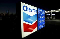 Una gasolinera de Chevron en Cardiff, EEUU, ene 25, 2016. Las inversiones globales en extracción y producción de petróleo y gas caerían un 24 por ciento este año, con pocas señales de mejoría en 2017, dijo el miércoles la Agencia Internacional de Energía (AIE).  REUTERS/Mike Blake/File Photo
