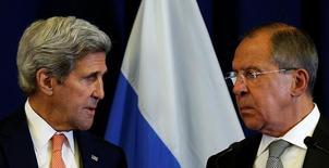 Госсекретарь США Джон Керри и министр иностранных дел России Сергей Лавров смотрят друг на друга на пресс-конференции после встречи в Женеве 9 сентября 2016 года. США и Россия в среду сошлись во мнении, что прекращение огня в Сирии в целом поддерживается и должно быть продлено еще на двое суток, несмотря на спорадические вспышки насилия, заявил Госдепартамент. REUTERS/Kevin Lamarque