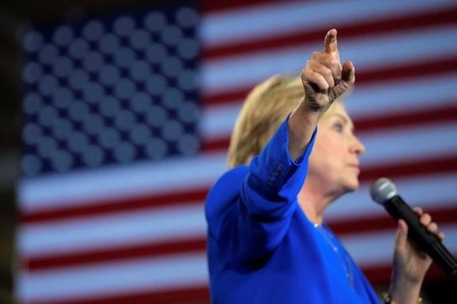 9月14日、ロイター/イプソスの調査によると、米大統領選の民主党候補ヒラリー・クリントン氏の「私用メール」と「クリントン財団」問題について、米成人の半数近くが「非常に懸念している」と回答した。写真は8日、選挙活動先のノースカロライナ州・シャーロットで撮影(2016年 ロイター/Brian Snyder)