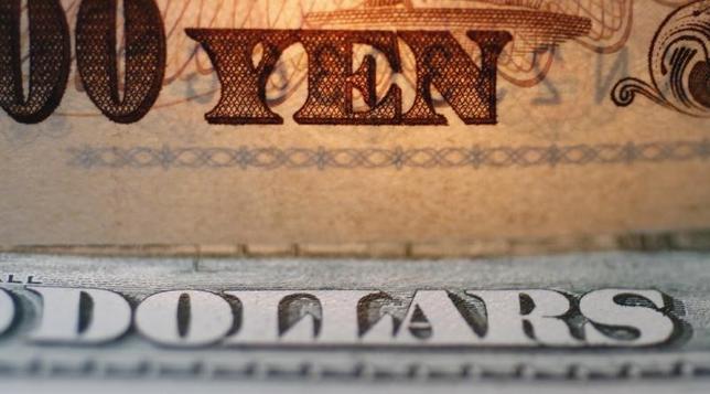 9月15日、正午のドル/円は、前日ニューヨーク市場午後5時時点と比べ、ドル安/円高の102.12/14円だった。写真は都内で2010年9月撮影(2016年 ロイター/Yuriko Nakao)