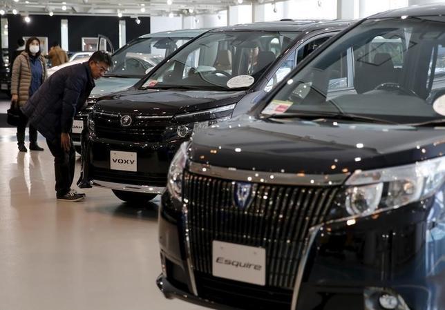 9月15日、日本自動車工業会(自工会)は、2016年度の国内新車需要見通しについて、前年比1.9%減の484万5200台に下方修正した。写真は都内で2月撮影(2016年 ロイター/Toru Hanai)