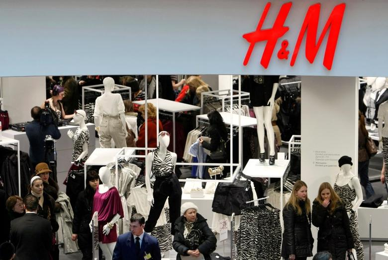 People shop in the newly opened Hennes & Mauritz (H&M) store in Moscow, March 13, 2009. REUTERS/Denis Sinyakov/File Photo
