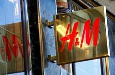 Hennes & Mauritz a fait état d'une hausse de ses ventes beaucoup moins marquée que prévu pour le mois d'août, le numéro deux mondial des magasins de prêt-à-porter attribuant cela aux températures inhabituellement élevées dans le plupart des pays où il est présent. /Photo prise le 21 juin 2016/REUTERS/Leonhard Foeger