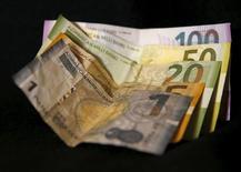 Азербайджанские манаты. Международный валютный фонд (МВФ) обновил свой прогноз инфляции потребительских цен в Азербайджане и ожидает падения показателя в район 4 процентов в 2018-2020 годах, сообщила организация.  REUTERS/David Mdzinarishvili