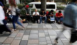 Люди ждут продаж iPhone 7 и 7 Plus напротив магаизна Apple в Токио. Первая партия смартфонов iPhone 7 Plus распродана по всему миру, и Apple Inc готовится поставить в магазины новые аппараты в ближайшее время, сообщила компания в среду.  REUTERS/Toru Hanai