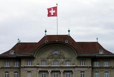 La Banque nationale suisse (BNS) a maintenu jeudi, comme attendu, sa politique monétaire expansionniste, marquée principalement par des taux d'intérêt négatifs, en dépit de la montée des critiques contre son impact sur les profits des banques et sur l'épargne retraite. /Photo d'archives/REUTERS/Ruben Sprich