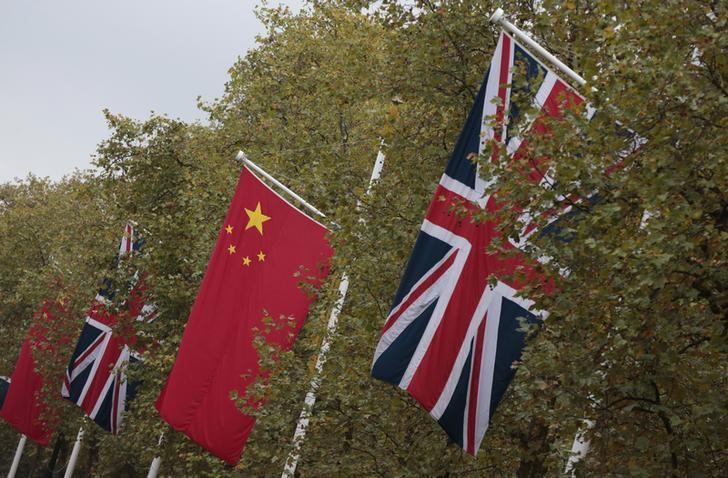 图为2015年10月,中国国家主席习近平访英期间,伦敦林荫路的中国和英国国旗。REUTERS/Suzanne Plunkett