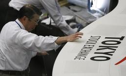 La confianza de los fabricantes japonesas rebotó en agosto desde un mínimo en tres años, mientras que el sentimiento en el sector de servicios cayó a su nivel más bajo desde 2013, cuando el banco central comenzó un programa de estímulo monetario, reveló un sondeo mensual de Reuters. En la imagen de archivo, un hombre mira una pantalla en la Bolsa de Tokio. REUTERS/Kim Kyung-Hoon/Files